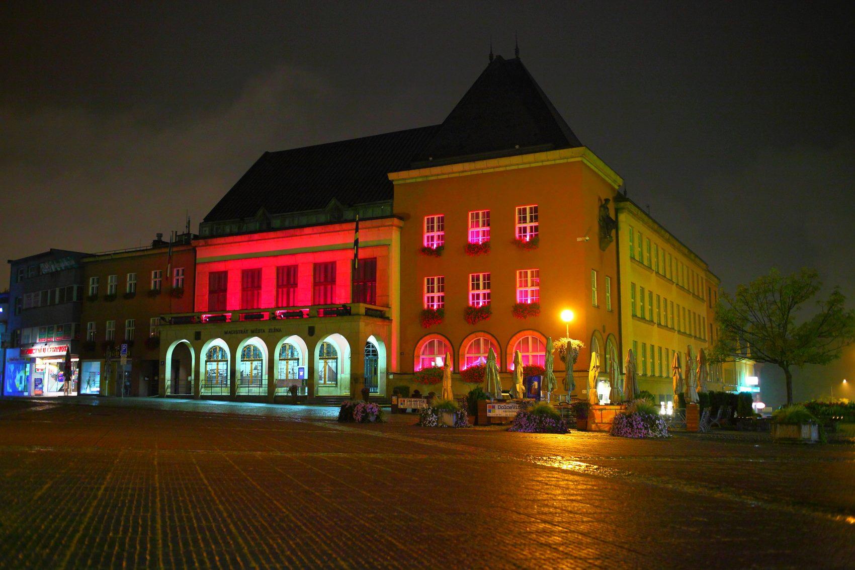 Zlínská radnice na růžovo